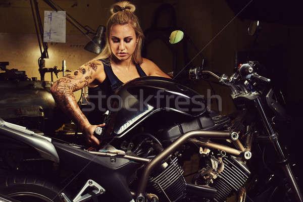 Vrouw monteur motorfiets workshop meisje Stockfoto © amok