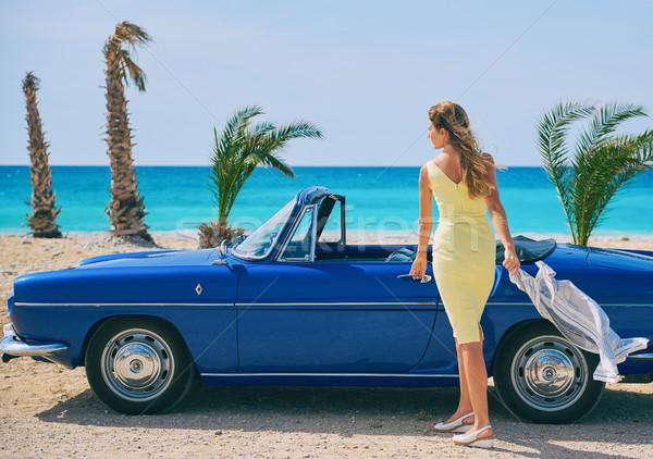 Belle femme permanent rétro cabriolet voiture plage tropicale Photo stock © amok