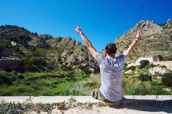 Człowiek podróżnik posiedzenia krawędź ręce Zdjęcia stock © amok