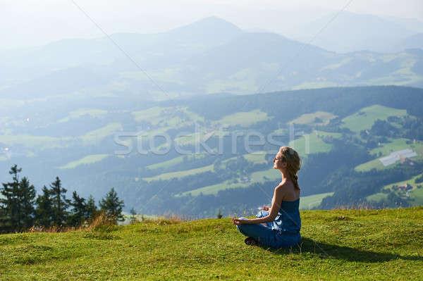 Jeune femme pratique yoga femme fille Photo stock © amok