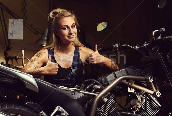 Blond vrouw monteur tonen motorfiets Stockfoto © amok