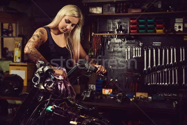 Blond vrouw monteur werken motorfiets workshop Stockfoto © amok