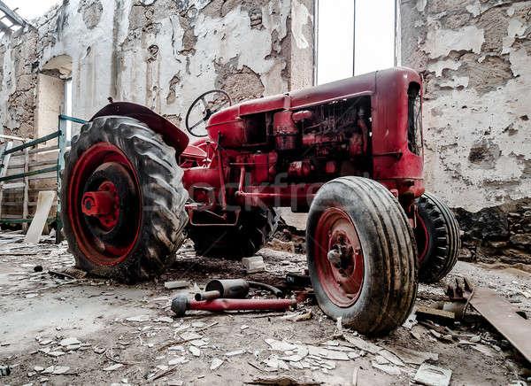 Eski kırık traktör araba duvar Stok fotoğraf © amok