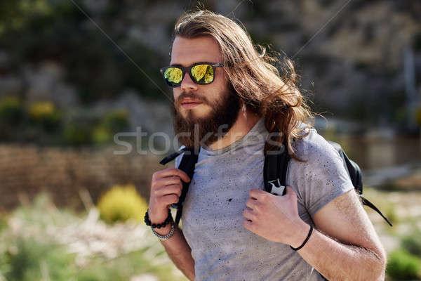 Jeune homme voyageur barbe cheveux longs randonnée montagne Photo stock © amok