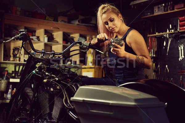 Blond vrouw monteur motorfiets workshop Stockfoto © amok