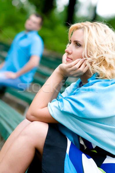 Relation jeune femme homme séance banc parc Photo stock © amok