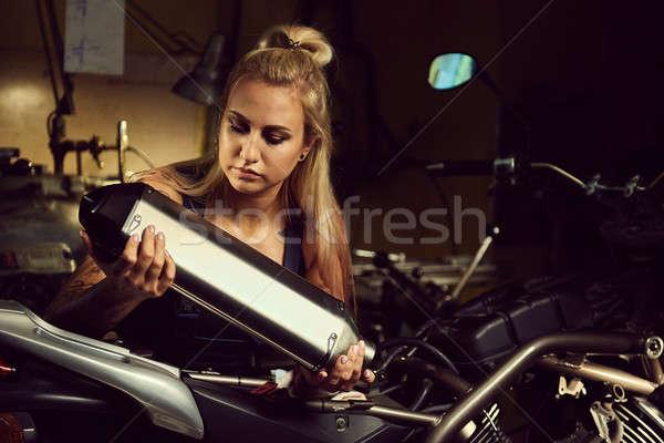 Blond vrouw monteur motorfiets Stockfoto © amok