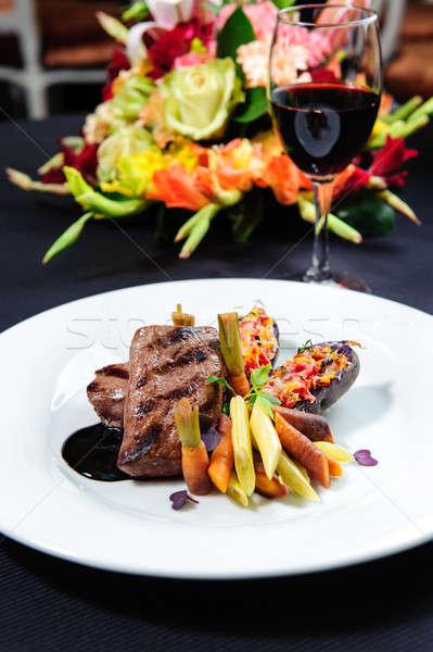 Lédús ikra steak tányér üveg vörösbor Stock fotó © amok