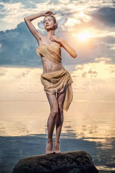 Giovani bella donna Swan posa spiaggia tramonto Foto d'archivio © amok