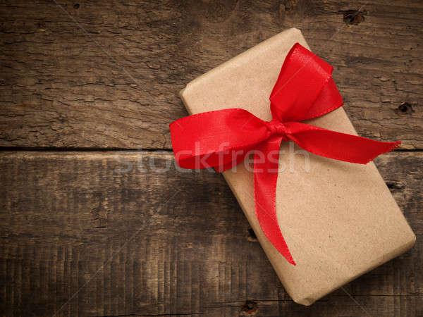 Scatola regalo rosso arco rustico legno amore Foto d'archivio © andreasberheide