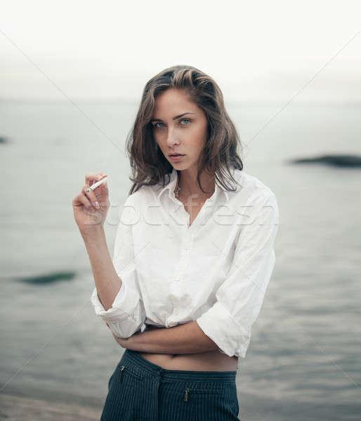 Foto stock: Cute · mujer · cigarrillo · playa · hermosa · mujer · de · negocios