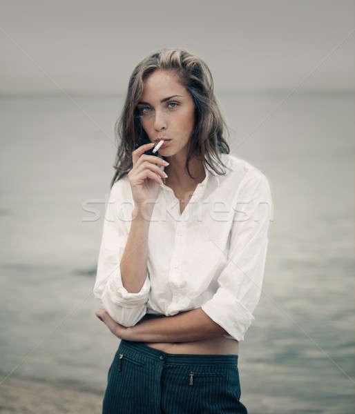 Cute donna sigaretta spiaggia bella donna d'affari Foto d'archivio © andreonegin