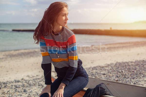 Nina rojo barco playa mar sesión Foto stock © andreonegin