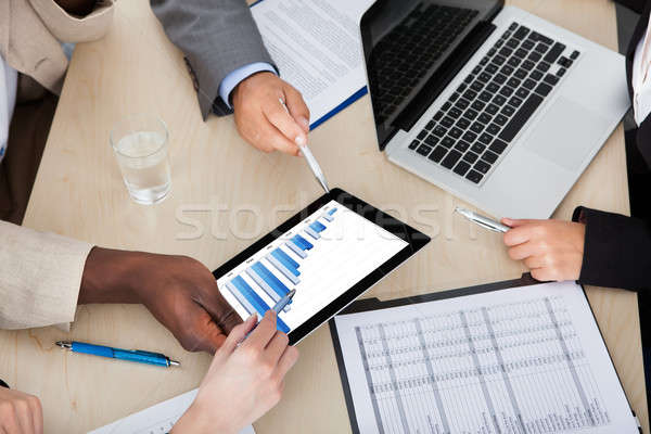 Többnemzetiségű üzlet kollégák megbeszél grafikon digitális Stock fotó © AndreyPopov