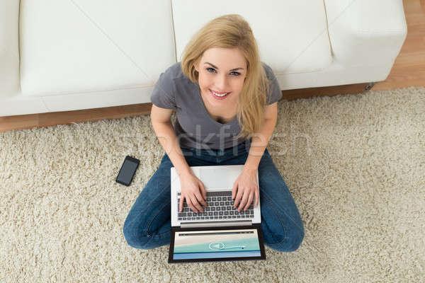 Donna guardare film laptop giovani felice Foto d'archivio © AndreyPopov