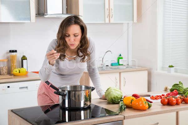 Degustazione alimentare cucchiaio cucina donna Foto d'archivio © AndreyPopov