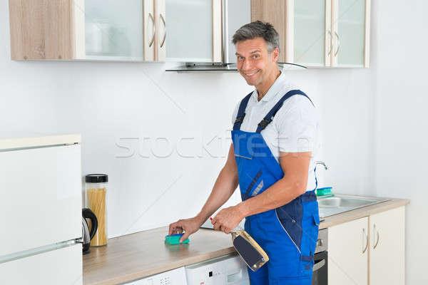 Stock fotó: Férfi · gondnok · takarítás · konyhapult · mosószer · spray