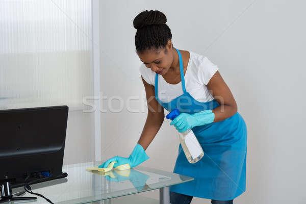 Vrouw schoonmaken bureau vod glimlachend jonge Stockfoto © AndreyPopov