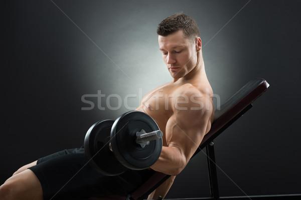 Határozott férfi testmozgás súlyzók szék oldalnézet Stock fotó © AndreyPopov