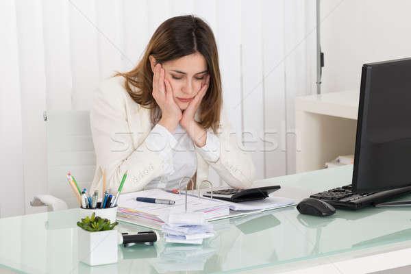 Deprimido mujer de negocios factura jóvenes oficina mujer Foto stock © AndreyPopov