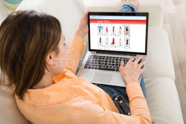 Nő vásárlás laptop fiatal nő szoba otthon Stock fotó © AndreyPopov