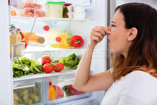 Mujer olor refrigerador fuera alimentos Foto stock © AndreyPopov
