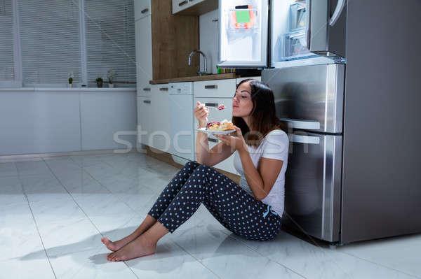 女性 楽しむ 食べ 甘い食べ物 キッチン 若い女性 ストックフォト © AndreyPopov