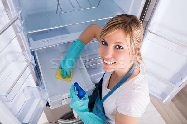 Vrouw schoonmaken koelkast jonge vrouw Stockfoto © AndreyPopov