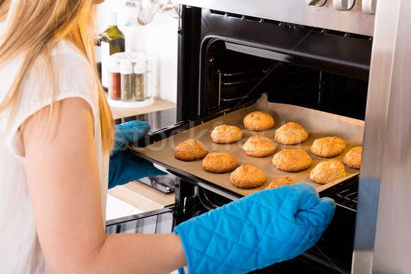 Vrouw dienblad vol cookies oven Stockfoto © AndreyPopov