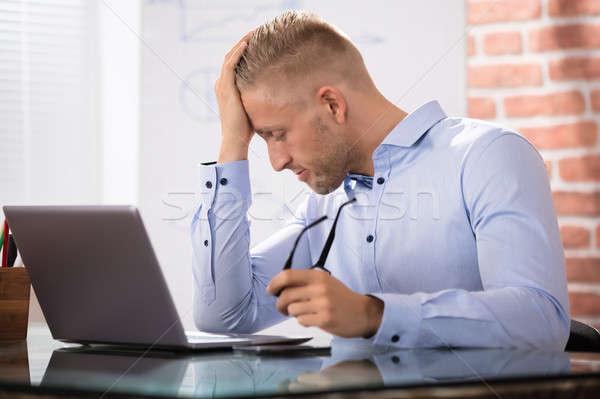 Depressiv Geschäftsmann Laptop schauen Schreibtisch Stock foto © AndreyPopov