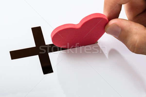 Forme de coeur crucifix main blanche travaux Photo stock © AndreyPopov
