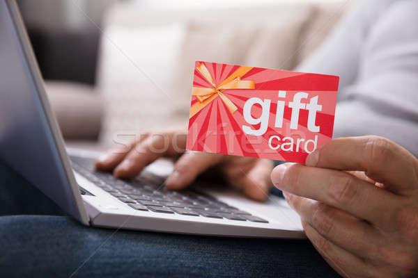 Menschlichen Hand halten Geschenkkarte mit Laptop Business Stock foto © AndreyPopov