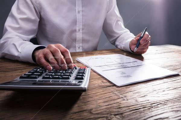 Bill calculator hand houten bureau Stockfoto © AndreyPopov
