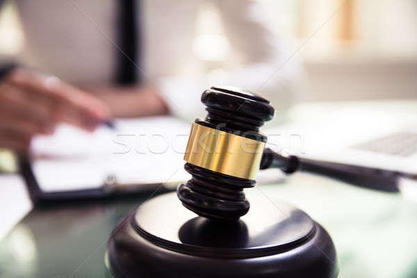 クローズアップ 裁判官 小槌 オフィス 手 男 ストックフォト © AndreyPopov