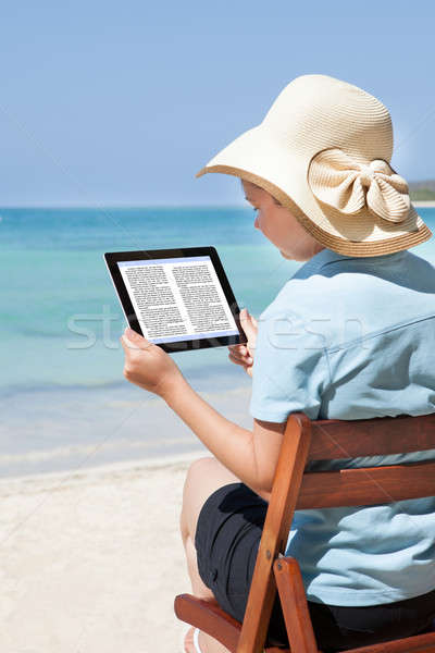 Vrouw lezing ebook strand achteraanzicht vergadering Stockfoto © AndreyPopov