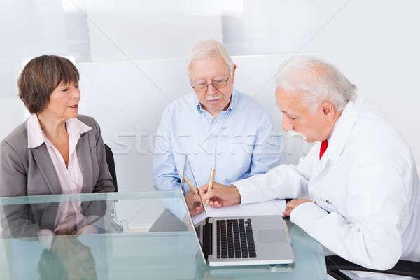Médico escrita prescrição casal de idosos senior médico do sexo masculino Foto stock © AndreyPopov
