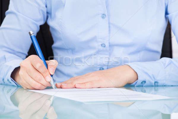 女性実業家 署名 紙 クローズアップ デスク 契約 ストックフォト © AndreyPopov