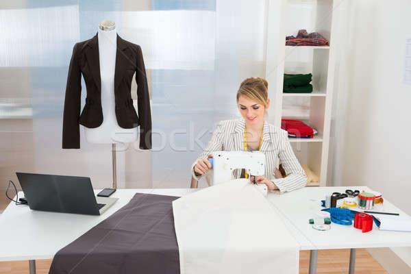 Moda projektant tkaniny maszyny do szycia uśmiechnięty studio Zdjęcia stock © AndreyPopov