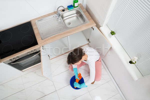 Kobieta mokro szmata kuchnia pokój młoda kobieta Zdjęcia stock © AndreyPopov