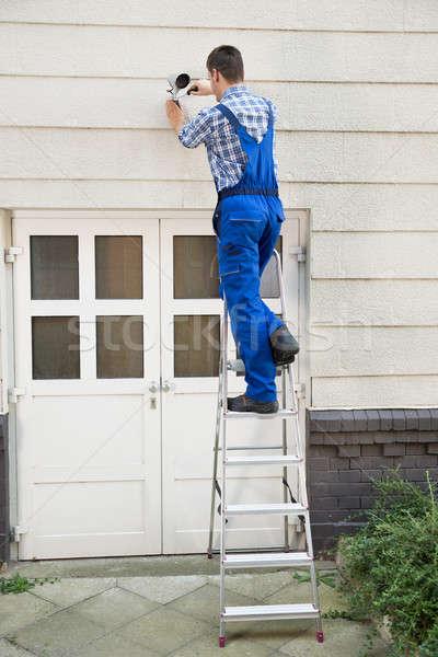 Technikus installál cctv kamera férfi fal Stock fotó © AndreyPopov
