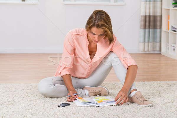 Donna iscritto nota diario seduta Foto d'archivio © AndreyPopov