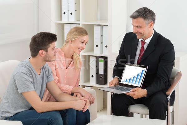 Finansowych konsultant wykres para laptop Zdjęcia stock © AndreyPopov