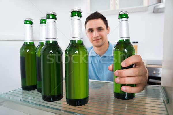 Souriant homme réfrigérateur jeune homme maison Photo stock © AndreyPopov