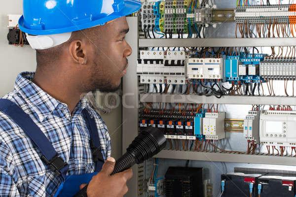 Technicien lampe de poche jeunes africaine Homme travaux Photo stock © AndreyPopov