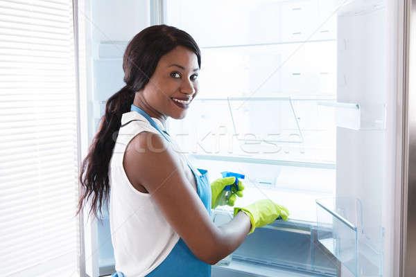 Stockfoto: Afrikaanse · vrouw · schoonmaken · koelkast · jonge