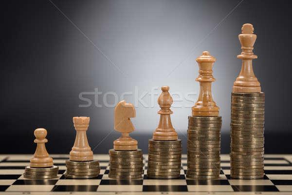 Piezas de ajedrez dorado monedas primer plano gris Foto stock © AndreyPopov