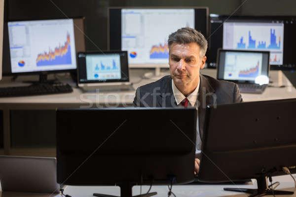Affaires travail multiple ordinateur sérieux maturité Photo stock © AndreyPopov