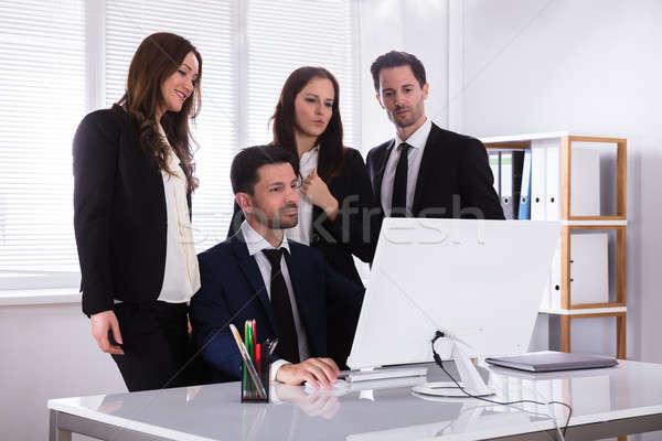 Mirando pantalla del ordenador grupo jóvenes lugar de trabajo Foto stock © AndreyPopov