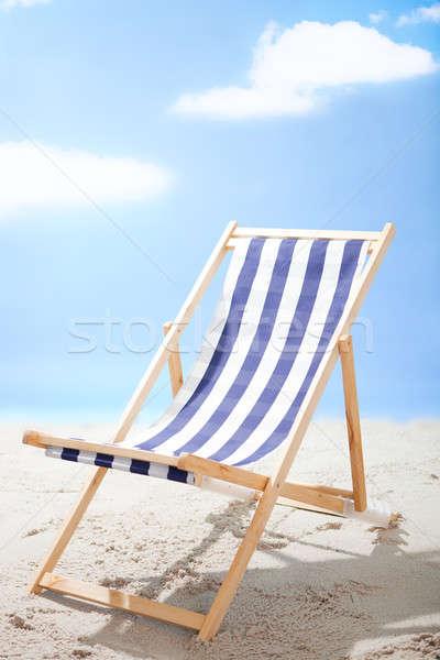 Espreguiçadeira em pé ensolarado praia foto céu Foto stock © AndreyPopov