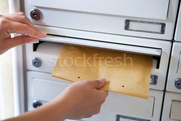 Vrouw envelop mailbox hand Stockfoto © AndreyPopov